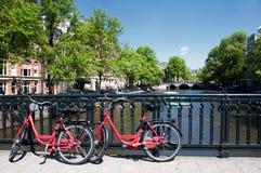 Canal y bicicletas de Amsterdam Fotos de archivo libres de regalías