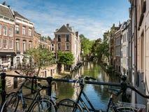 Canal y bicis, Países Bajos de Oudegracht Fotografía de archivo