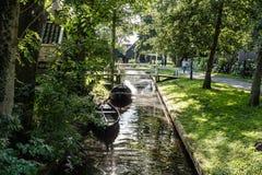 Canal y cabaña en pueblo en los Países Bajos Foto de archivo libre de regalías