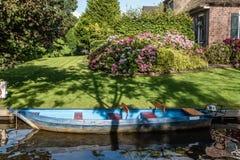 Canal y cabaña en pueblo en los Países Bajos Fotos de archivo