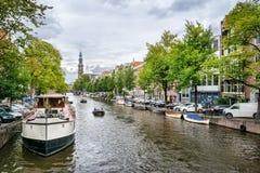 Canal y casa barco de Amsterdam fotos de archivo