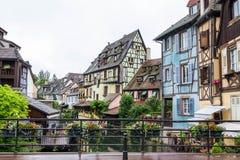 Canal y casas coloridas en Venecia menuda, Colmar, Francia imagenes de archivo