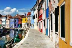 Canal y casas coloridas, Italia de la isla de Venecia, de Burano Imágenes de archivo libres de regalías