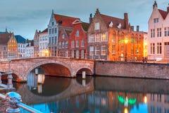 Canal y puente, Bélgica de Brujas de la noche Foto de archivo libre de regalías