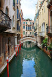 Canal y puente en Venecia Foto de archivo