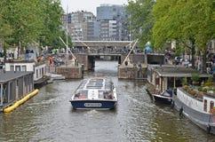 Canalboat στο Άμστερνταμ στοκ φωτογραφία με δικαίωμα ελεύθερης χρήσης