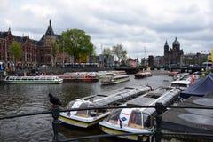 Canalboats no centro de cidade de Amsterdão fotos de stock royalty free