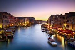 Canale重创在与充满活力的天空,威尼斯,意大利的黄昏 库存照片