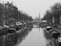 Canale allineato barca con la chiesa Fotografie Stock Libere da Diritti