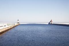 Canale aperto di trasporto con i fari sul lago Superiore congelato, fotografia stock libera da diritti