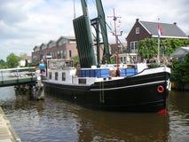 Canale attraverso un villaggio olandese Fotografie Stock Libere da Diritti