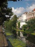 Canale con la barca, il ponte e l'alloggio residenziale Fotografie Stock