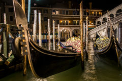 Canale con le barche e la gondola a Venezia romantica Immagine Stock