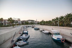 Canale costiero con le barche Marina Aegean Sea fotografia stock