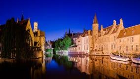 Canale del fiume e case medievali alla notte, Bruges Fotografie Stock Libere da Diritti
