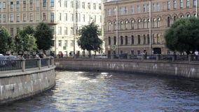 Canale del fiume nella città di San Pietroburgo sui precedenti delle facciate dei monumenti storici archivi video