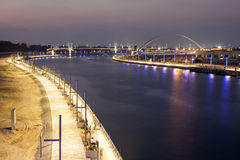 Canale dell'acqua del Dubai alla notte Fotografia Stock