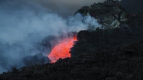 Canale della lava alla notte archivi video