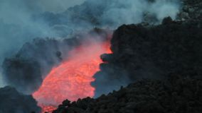 canale della lava di notte archivi video