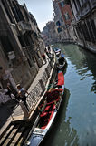 Canale di acqua di Rio e gondole Venezia Immagini Stock