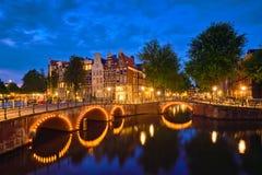 Canale di Amterdam, ponte e case medievali nella sera Fotografie Stock Libere da Diritti