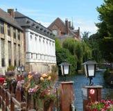 Canale di Bruges con il bacino della barca turistica Fotografie Stock