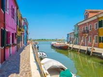 Canale di Burano con le case colorate immagini stock