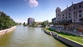 Canale di Danubio a Vienna all'urania del monumento storico stock footage