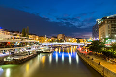 Canale di Danubio a Vienna durante l'ora blu Immagini Stock Libere da Diritti
