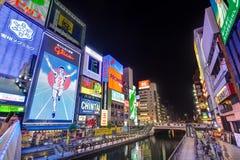 Canale di Dotonbori verso il ponte di Ebisubashi - Osaka, Giappone immagini stock