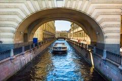 Canale di fiume con la barca in San Pietroburgo Fotografia Stock Libera da Diritti