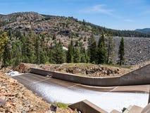 Canale di scarico della diga di Jackson Meadows Reservoir Fotografia Stock Libera da Diritti