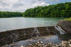 Canale di scarico fuori da un lago Fotografia Stock