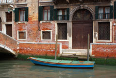 Canale di Venezia e una barca fotografia stock libera da diritti