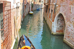 Canale di Venezia in estate con la gondola Immagini Stock