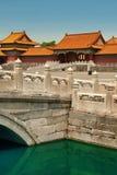 Canale dorato dell'acqua nella Città proibita a Pechino immagini stock libere da diritti
