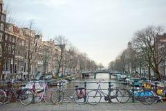 Canale e bicicletta tipici di Amsterdam fotografia stock libera da diritti