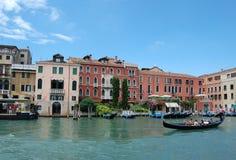 Canale e gondola di Venezia. fotografia stock