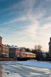 Canale e nubi congelati città Fotografia Stock Libera da Diritti