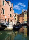 Canale e ponte di Venezia riflessi Fotografia Stock Libera da Diritti