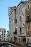 Canale e ponticello a Venezia immagini stock
