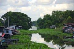 Canale e riva del fiume domestica Immagine Stock