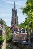 Canale e torre di chiesa lunga di John a Amersfoort, Paesi Bassi Fotografia Stock