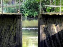 Canale e vecchia serratura dell'acqua Fotografie Stock