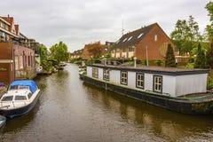 Canale ed alloggiare circondandola Alkmaar Paesi Bassi Olanda fotografia stock libera da diritti