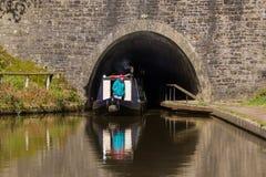 Canale Narrowboat che lascia un tunnel fotografia stock