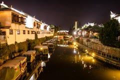 Canale navigabile storico della Cina alla notte immagini stock