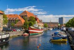 Canale nel centro urbano di Copenhaghen, Danimarca immagine stock libera da diritti