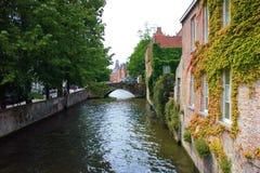 Canale nella città di Bruges fotografia stock