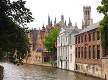 Canale nella città di Bruges immagini stock